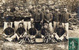 CPA 2582 - MILITARIA - Carte Photo Militaire - Fanfare Militaire - Soldats N° 5 Sur Les Képis & Cols - FONTAINEBLEAU - Personnages