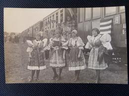 16 - Cognac Ou Environs - Carte Photo 1919, Train à L'arret, Drapeau Américain, Femmes Tchèques, Militaires Français - Cognac