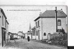 HAUTE GOULAINE   N 12   ENTREE DU BOURG  CROIX   A L EST   PERSONNAGES      DEPT 44 - Haute-Goulaine