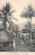 ILES MARQUISES : UN CHEMIN A ATUANA - ANIMEE AVEC UN COLON - OCEANIE - POLYNESIE FRANCAISE - 1900 - French Polynesia