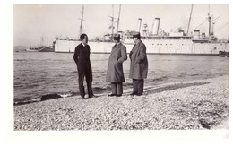 3 HOMMES SUR LA PLAGE  ,DERRIERE UN BATEAU DE GUERRE - Boats