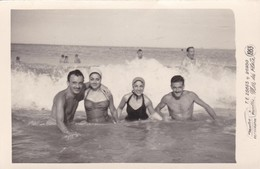 GRUPO GROUP BEACH PLAYA PLAGE MAILLOT SWIMSUIT MAR DEL PLATA M.FIORELLIS FOTO YEAR 1953 Cm 14x9 - BLEUP - Personas Anónimos