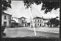 Cpsm 3320119 Vendays Place De L'église - France