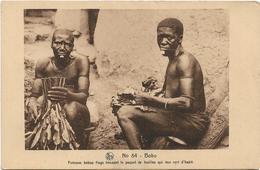 HAUTE - VOLTA / BOBO / FEMMES BOBOS FINGS TRESSANT LE PAQUET DE FEUILLES QUI LEUR SERT D' HABIT / ANIMATION - Burkina Faso