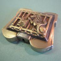 JOUE EN LAITON OU BRONZE D'UN ANCIEN CADENAS « LION » - Bronzes