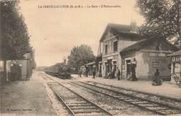 77 La Ferte Gaucher La Gare Avec Train Locomotive à Vapeur Cpa Carte Animée - La Ferte Gaucher