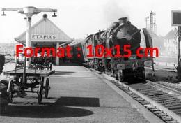 Reproduction D'une Photographie Ancienne De La Locomotive Classe 231E De La SNCF Passant Gare D'Etaples En 1956 - Riproduzioni