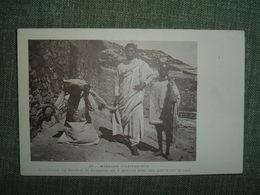 MISSION D ABYSSINIE CEREMONIE DU PARDON LE COUPABLE EST A GENOUX AVEC UNE PIERRE SUR LE COU. N° 25 ETHYOPIE PEINE PRISON - Ethiopia