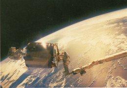 Les Astrqnautes Dale Gardneret Joseph Allen Manipulent Aisément à La Main Le Satellite Westar VI - Astronomy