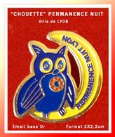 """SUPER PIN'S """"CHOUETTE"""" BLEUE : Sécurité, PERMANENCE NUIT à LYON, émail Base Or, Format 2X2,2cm - Animales"""