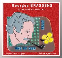 SUPER PIN'S Georges BRASSENS : Poète Auteur-compositeur-interprète Français. à Donné Son Nom Au LYCEE RIVE De GIER (42) - Berühmte Personen