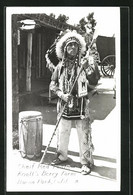 AK Buena Park, CA, Chief Red Feather, Knott`s Berry Farm, Häuptling In Traditioneller Kleidung - Indianer