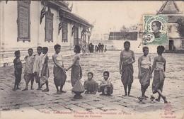 CAMBODGE---PHNOM-PENH--groupe De Femmes--domesticité Du Palais--voir 2 Scans - Cambodge