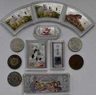 China - Volksrepublik: Lot 12 Medaillen / Prägungen Aus China. Teilweise Coloriert. Gekauft Wie Gese - China