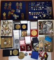 Orden & Ehrenzeichen: Ein Karton Voll Mit Orden, Abzeichen, Anstecknadeln, Medaillen Und Vieles Mehr - Coins