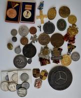Orden & Ehrenzeichen: Kleines Lot Orden / Medaillen / Abzeichen / Varia / Münz-Fälschungen In Einer - Coins