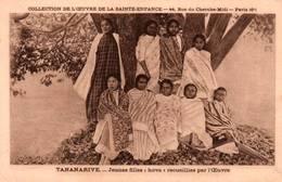 """CPA - TANANARIVE - Jeunes Filles """"Hova"""" Recueillies Par L'Oeuvre De La Ste Enfance - Madagascar"""