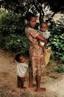 CPM - MADAGASCAR - Côté Est - Jeune Maman - Madagascar