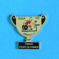 1 PIN'S  //  ** LAUDUN 1992 / FINALE COUPE DE FRANCE HANDISPORT / TENNIS DE TABLE \ PING-PONG / GARD / OCCITANIE ** - Tennis De Table