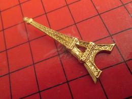 1418a Pin's Pins / Beau Et Rare : Thème VILLES / PARIS METAL JAUNE TOUR EIFFEL Au Moins Elle Brulera Pas ! - Villes