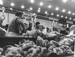 PARIS - BOUCHERS VOLAILLERS Au TRAVAIL - Vers 1970 - Photo Presse - Boucherie - Marché - Commerce - A Voir ! - Lieux