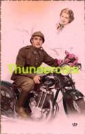 CPA PHOTO JEUNE HOMME FEMME COUPLE SOLDAT MILITAIR MOTO - Motos