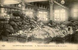 FRANCE - Carte Postale - Grèves Des Postiers - Sacs De Lettres Attendant La Fin Du Conflit -  L 29576 - Grèves