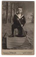 Fotografie Strauss, Rotterdam, Portrait Bub In Ruderbootkulisse - Anonieme Personen