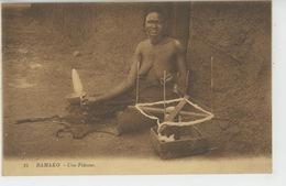 AFRIQUE - MALI - BAMAKO - Une Fileuse (femme Aux Seins Nus - Naked Woman ) - Mali