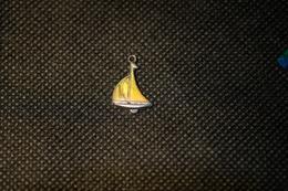 """Pin's-Ciondolo-""""Piccola Bella Barca A Vela""""la Foto Non Rende La Vera Bellezza Dell'oggetto-Integro E Completo- - Badges"""