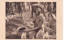 Cpa AFRIQUE EQUATORIALE FRANCAISE 37 OUBANGUI CHARI FEMME BOUBOU DEVANT L URNE FUNERAIRE DE SON MARI  Carte Vierge - Other