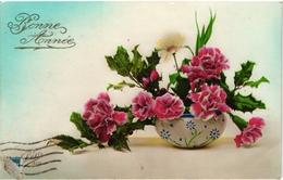 CPA FANTAISIE FLEURS -  BOUQUET D OEILLETS - MARGUERITE - FEUILLES DE HOUX DANS UNE COUPE EN PORCELAINE - BONNE ANNEE - - Fleurs