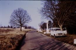 Photo Diapo Diapositive Slide Renault 4L Seule Porte Ouverte Vers 39 Dole En 1975 VOIR ZOOM - Diapositivas