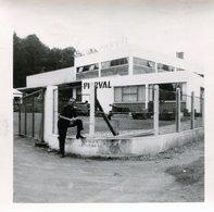 Photo D'un Homme Posant Devant Les Grille De Sont Travail Les Atelier PIERVAL - Personnes Anonymes