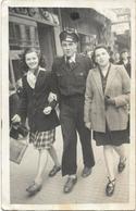PHOTO  -  Militaire Dans L'aviaton Au Bras De Ravissantes Demoiselles Se Promenant Dans La Rue - Ft 14 X 9 Cm - Guerre, Militaire