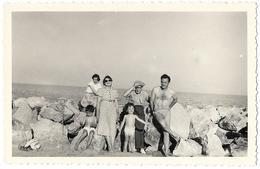 PHOTO  - LES SAINTES MARIES DE LA MER - Sur Les Rochers En Maillot De Bain  - Ft 10,5 X 7 Cm - Lieux
