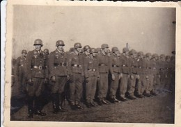 Foto Formation Deutsche Soldaten Mit Stahlhelm - 2. WK - 9*6cm (41189) - Krieg, Militär