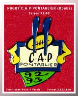 SUPER PIN'S RUGBY : Le CAP PONTARLIER (Doubs) Version SAISON 92/93 En émail Base Noire + Vernis, Format 2,5X2,8cm - Rugby