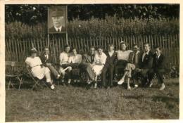 1941 L'ENFANCE AU SOLEIL JOUR DE FETE AVEC AFFICHE PETAIN  PHOTO ORIGINALE FORMAT  9 X 6 CM - Lieux