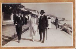 X06210 Carte-Photo MENTON 1920s Photo De La RIVIERA Promenade Du MIDI 2 Hommes British + 1 Femme - Menton