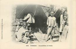 TONKIN  Yunnan  Grand ^pere Et Petits       INDO,0112 - Viêt-Nam