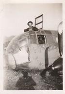 Militaire :  Soldat - Marin En Pose Dans Un Avion : Marine Nationale ( Format 9cm X 6,2cm ) - Guerre, Militaire