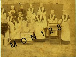 BELGIQUE-VIRTON -ECOLE MENAGERE-2 PHOTOS TRES ANCIENNES COLLEES SUR CARTONS DURS-1896 ET 1899 -DIM 15X20 Et 24X15 Cms - Photos