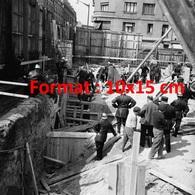 Reproduction D'une Photographie Ancienne Des Pompiers Sortant Un Ouvriers Du Chantier à Levallois-Perret En 1964 - Reproductions