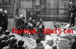 Reproduction D'une Photographie Ancienne D'une Vue Des Pompiers Sortant Un Ouvriers Du Chantier à Levallois-Perret 1964 - Reproductions