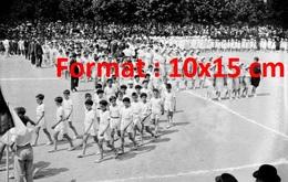 Reproduction D'une Photographie Ancienne Du Défilé Des Enfants à La Fête Du Sport Au Stade De Levallois-Perret En 1933 - Reproductions