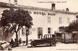 Comps-sur-Artuby  83   Le Grand-Hotel-BAIN -Restaurant-Terrasse Animée Et Voiture Et Pompe A Essence - Comps-sur-Artuby