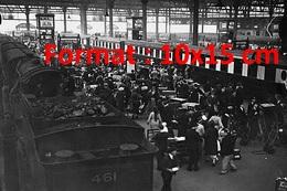 Reproduction D'une Photographie Ancienne Des Quais Bondés De Vacanciers à La Gare De Waterloo à Londres En 1937 - Reproductions