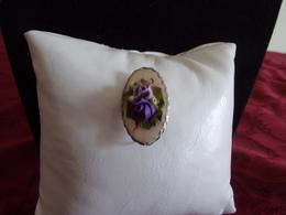 Broche Ovale En Métal Argenté Avec Fleurs Violettes En Relief - Broches