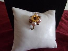 Broche En Métal Doré Forme De Fleur Avec Perles Blanches - Broches